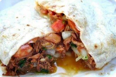 Tacos de carne asada con frijoles estilo B. C. Sur.