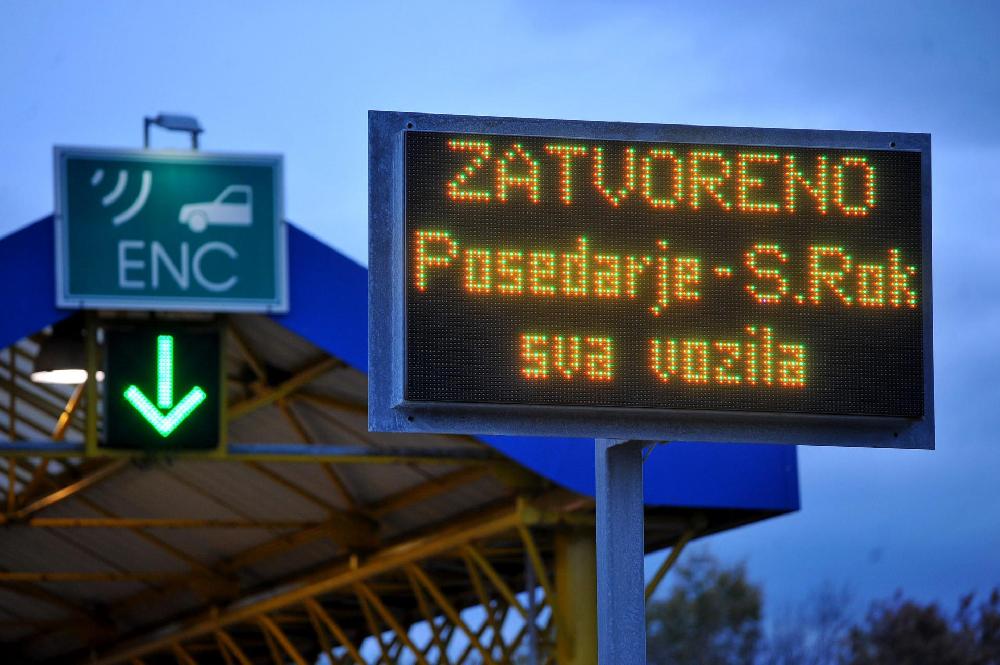 Zbog Bure Za Sav Promet Zatvoreni Su Autocesta A1 Zagreb Split Ploce Između Cvorova Sveti Rok I Posedarje Obilazak Je Drzavnim Cestama Preko Gracaca Obrovca
