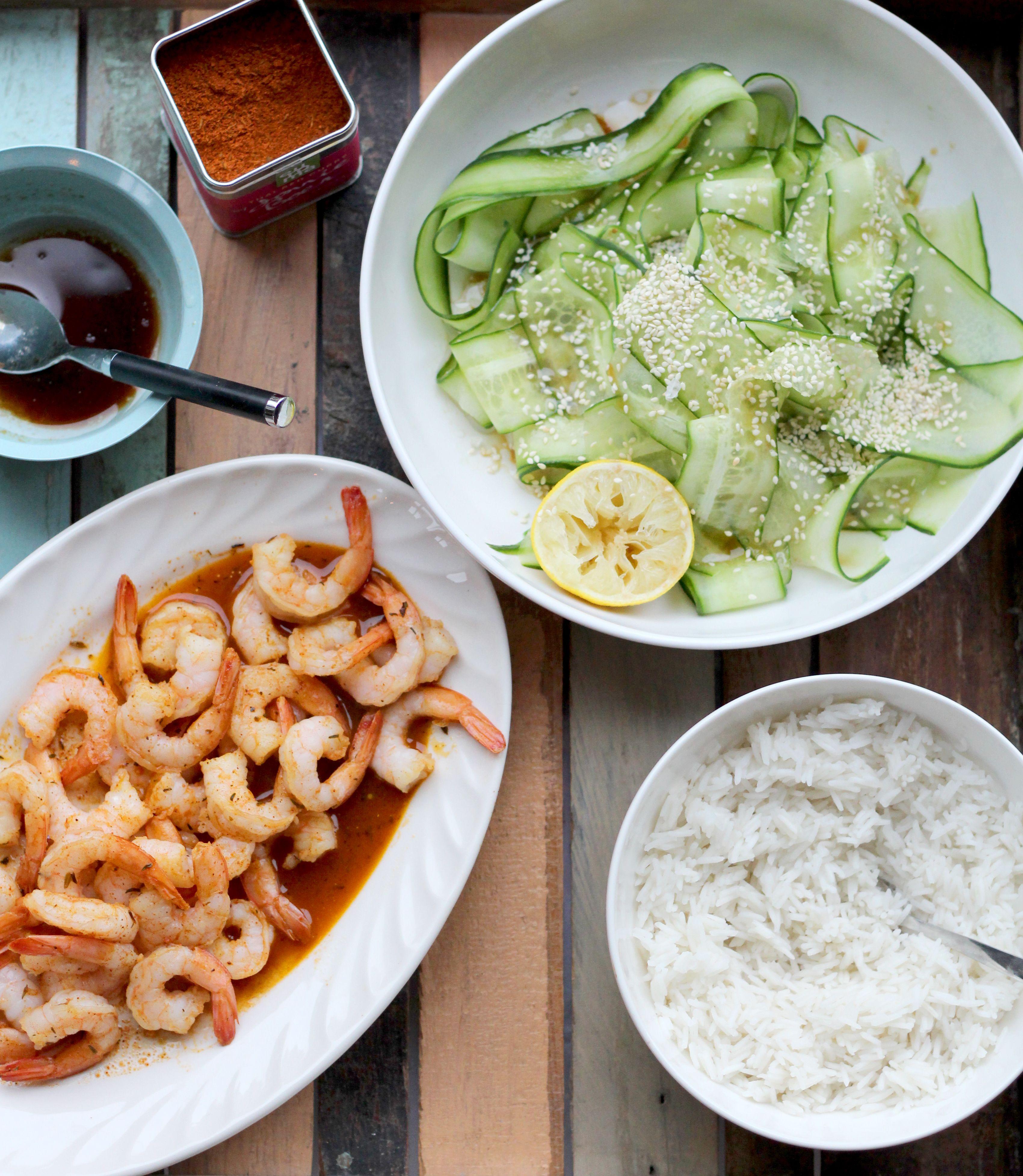 Lekker spicy maaltje: Original Spices Thai Red Curry-garnalen met een frisse komkommersalade, geserveerd met basmatirijst.