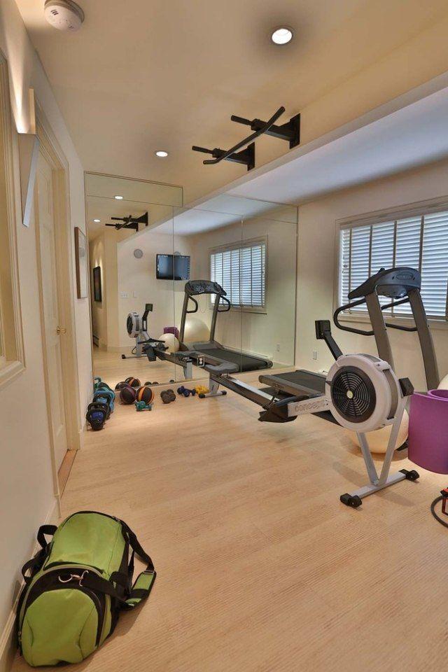 Kleiner Fitness Raum Heller Laminatboden Spiegelwand | Fitnessraum