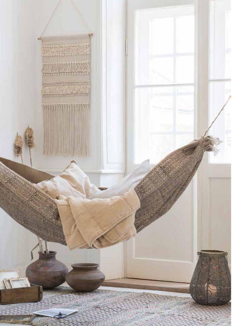 amaca in tessuto in una casa arredata in stile rustico | camera ...