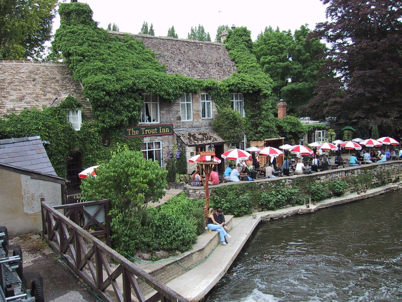 In The Trout Inn in Oxford drinkt Inspector Morse regelmatig een goede pint. Bijvoorbeeld in de aflevering: The Wolvercote Tongue. #film #locations