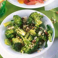 Brokkoli mit Nüssen - lecker, aber Zwiebeln vorher dünsten. Am besten lila Zwiebeln - dann siehts hübsch aus