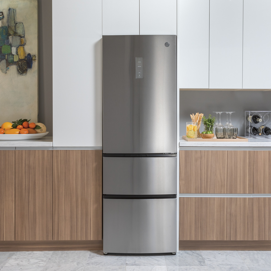 Compact And Sleek This 24 Ge Bottom Freezer Fridge Will Easily Fit Even The Bottom Freezer Refrigerator Refrigerator Small Kitchen Counter Depth Refrigerator