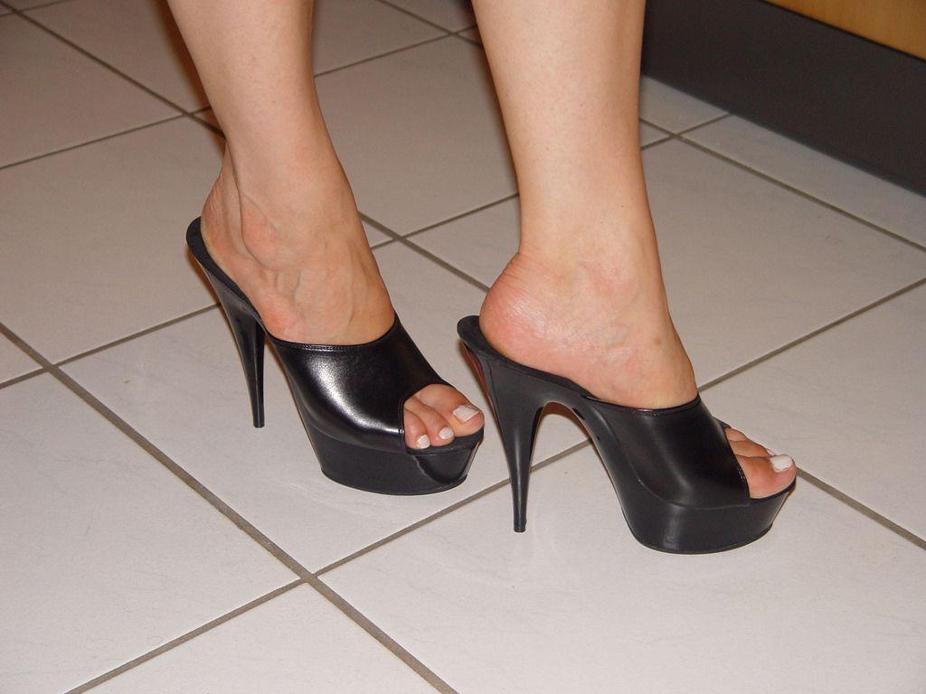 cbbee4a8d1 pic0075 (KnulliBulli) Tags: heels highheels mules slides nylons toes fuss  füsse legs pantoletten