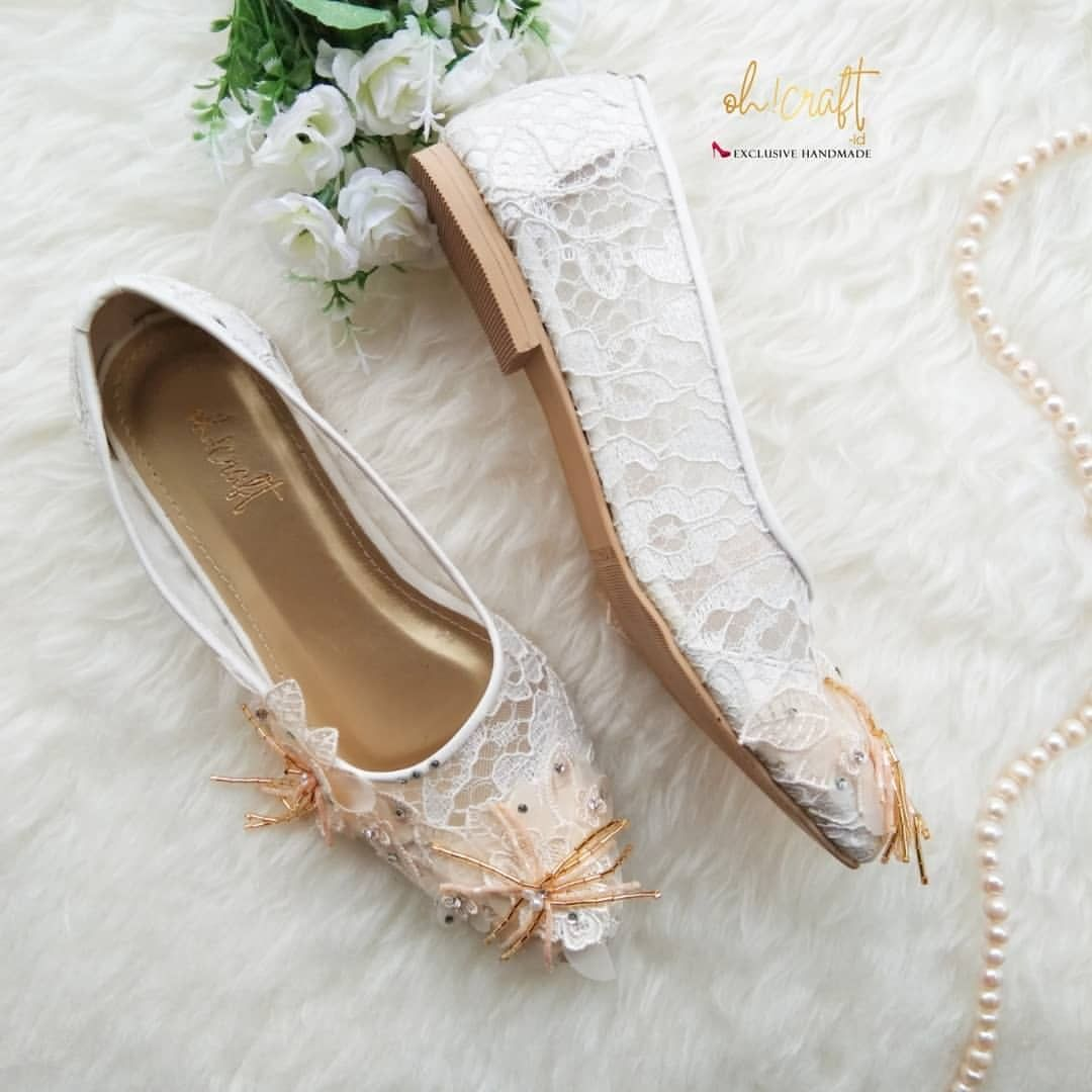 Perpaduan Lace Putih Dan Bunga Akan Membuat Flatshoes Mu Tampil