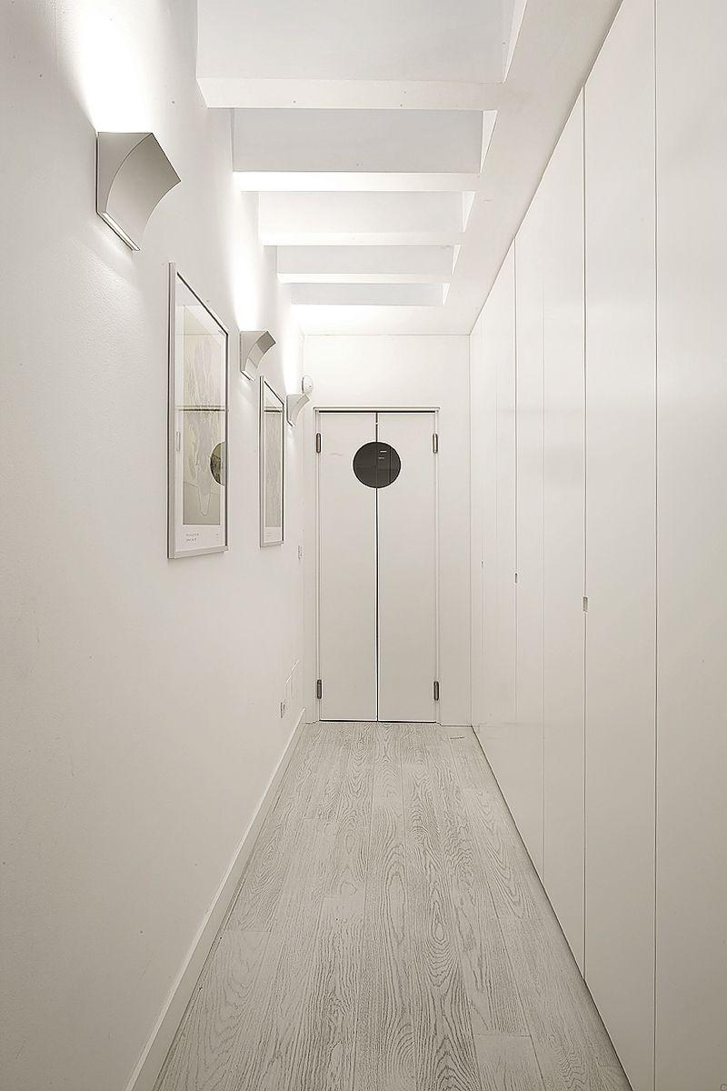 Corridoio con porta ingresso cucina a doppio battente con oblò ...