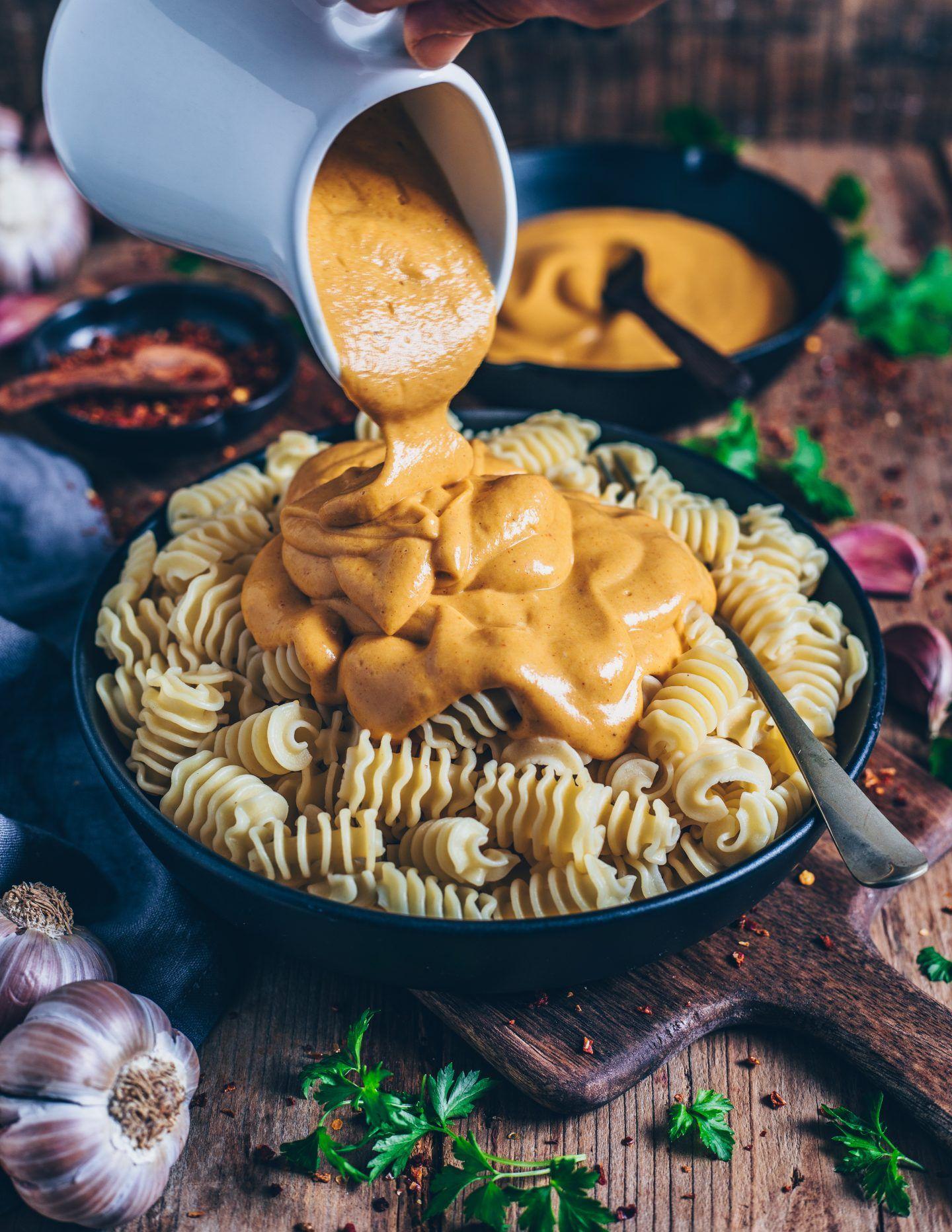 Veganes Mac and Cheese (vegane 'Käsesoße') - Bianca Zapatka | Rezepte