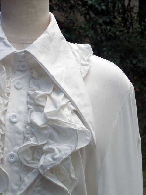 f2ac27716cc2f フリルシャツ:三角襟とスタンドフリルの背面編み上げフリルシャツ 白 - イラスト