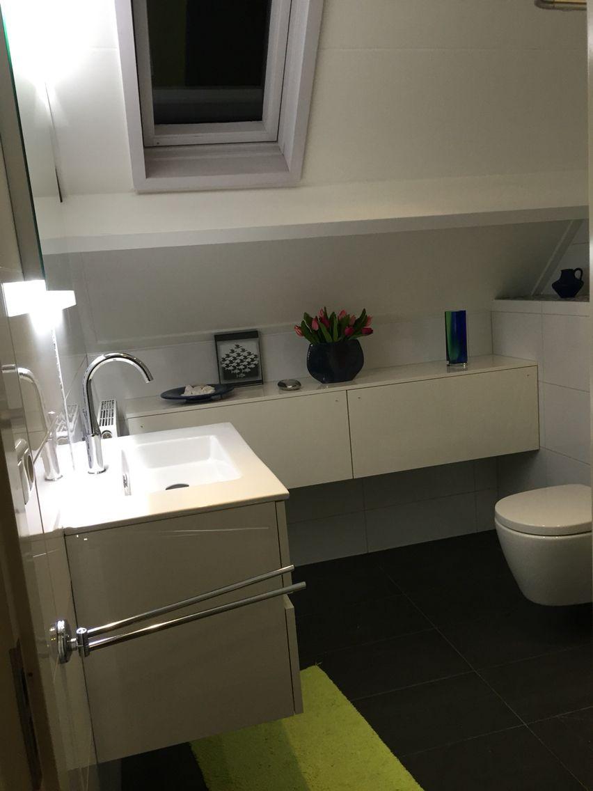 Mooie witte met antraciet badkamer, glas mozaïek blauw - Portfolio ...