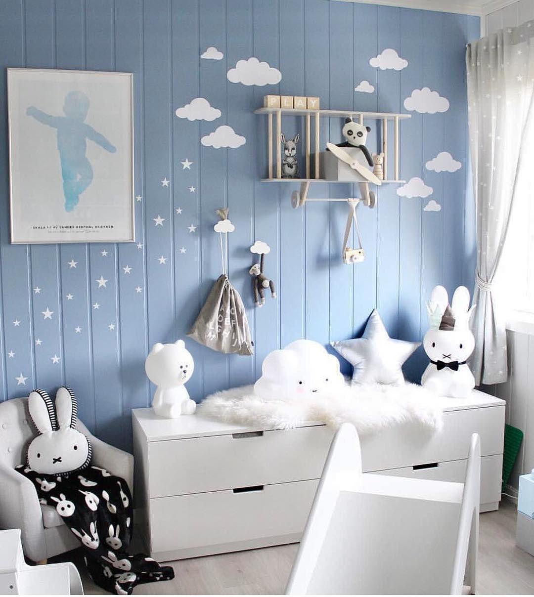 Blaues Kinderzimmer mit Flugzeug Regal, Kinderrutsche und