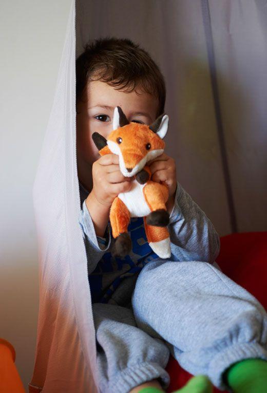 Isaac sa hrá s plyšovou hračkou VANDRING RÄV.