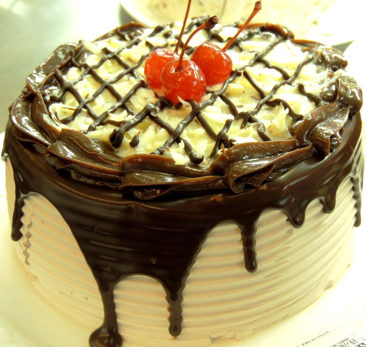 Enfeite De Torta ~ Torta de prestigio coberto com enfeite de cereja com talo POLOS p u00e3es e doces Torta da POLOS