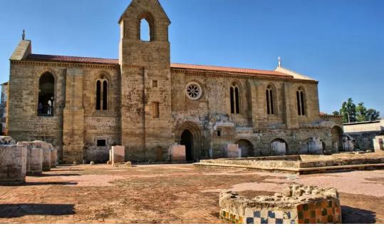 Iglesias Abandonadas Coimbra Portugal El Monasterio Portugués De Santa Clara A Velha Fue Construido En El Siglo 14 A Oril Abandoned Churches Church Abandoned