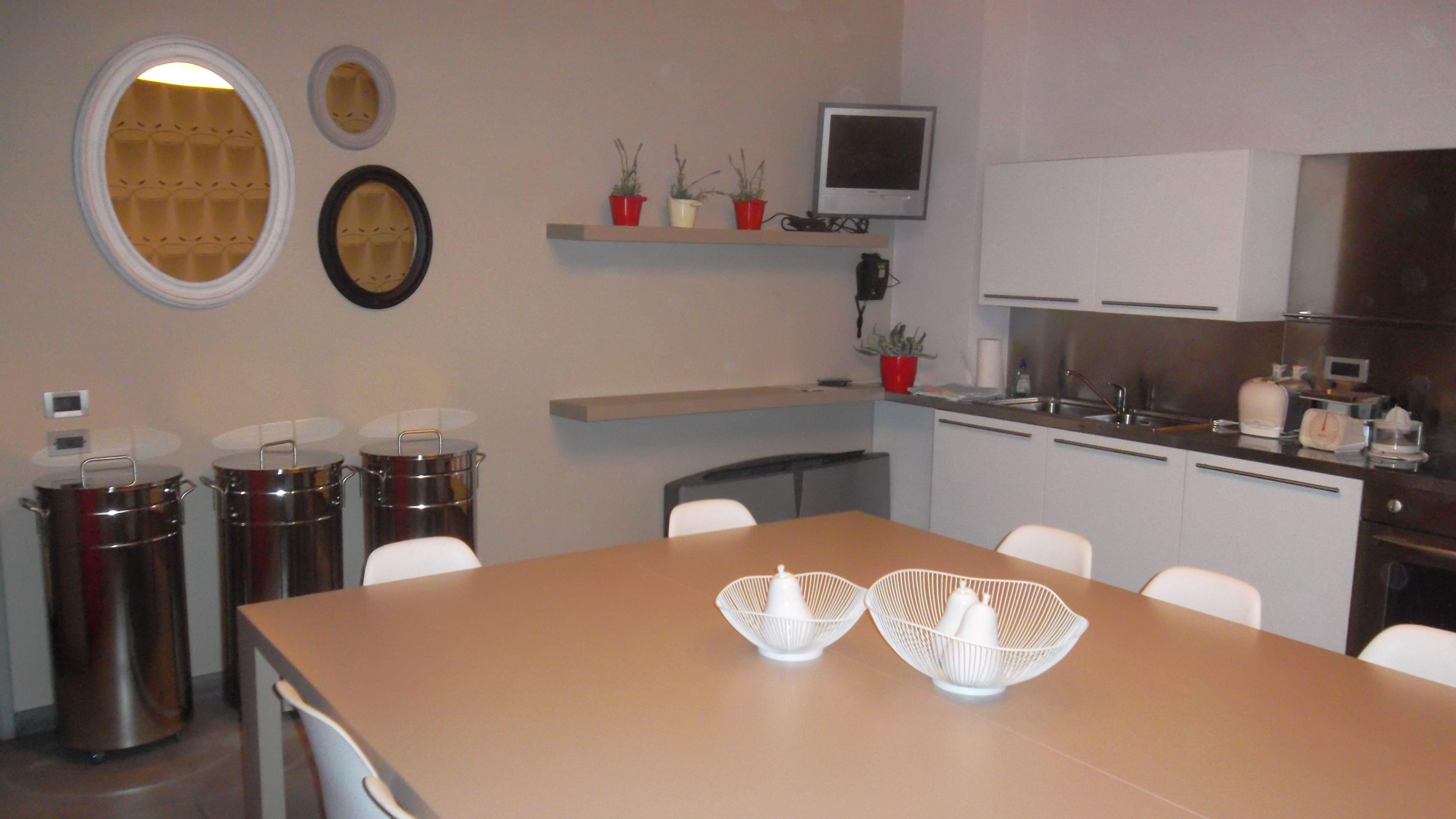 BEAUTY AND DESIGN cucina realizzata con pensili bianchi su ...
