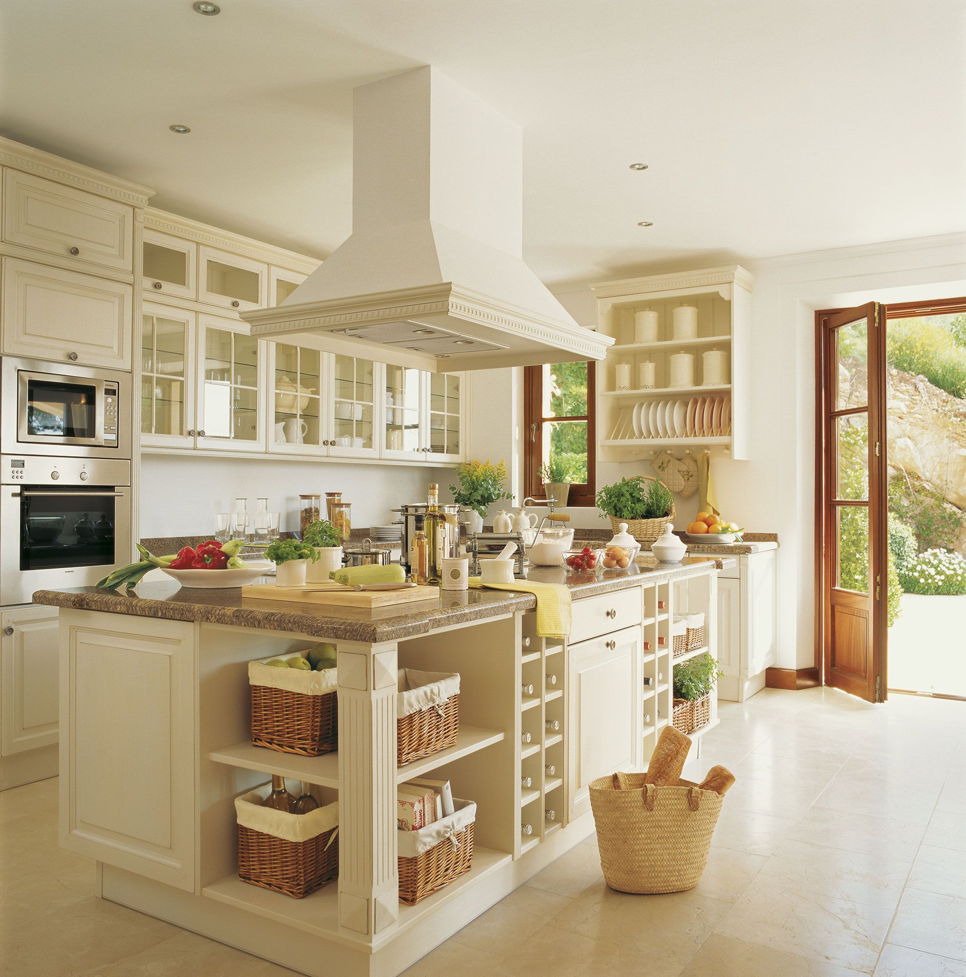 Cocina con isla de estilo clásico con mobiliario con molduras y ...