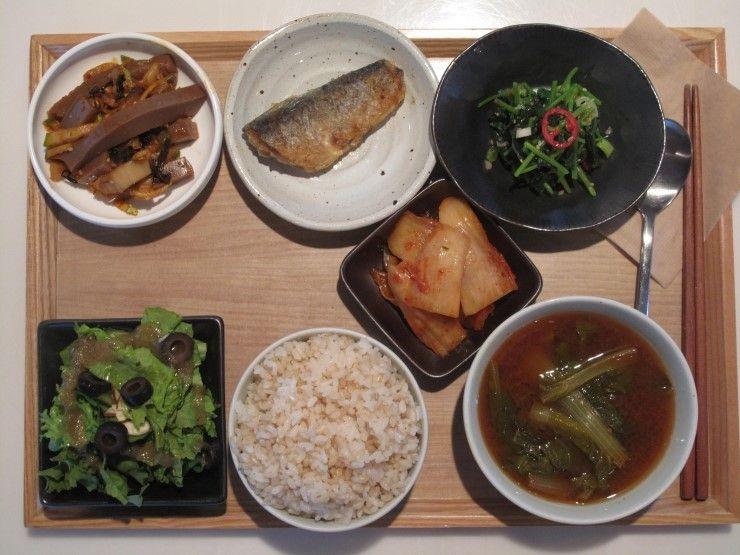 2012년 8월28일 화요일 그때그때밥상입니다.  도토리묵김치무침, 청어구이, 참나물, 배추김치, 상추치커리샐러드, 현미밥, 얼가리된장국 입니다.