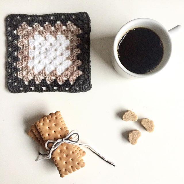 Il caffè del lunedì? Nero, bollente, doppio. . . . #buongiorno #butfirstcoffee #caffè #acupofcoffee #unatazzinadicaffè #onthetable #nofilter #minimal #minimalism #minimalismo #minimalmood #minimallife #picoftheday #instacoffee #igcoffee #igersitalia #instagram #moka #monday #Clic_Vision