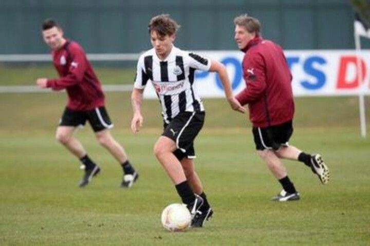 Oh my god no. Not this again. This louis girl cannot TAKE seeing him all sweaty and athletic. No. That charity game was hard enough. Why is he so handsome.