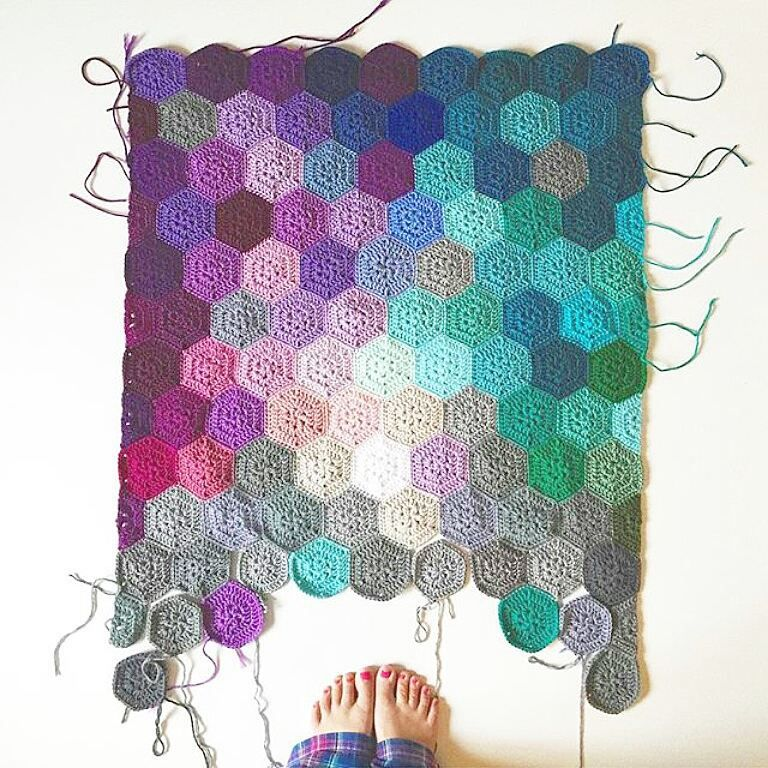 The next feature goes to @olivesandpickles who created this AMAZING hexagon crochet blanket #craftsposure More