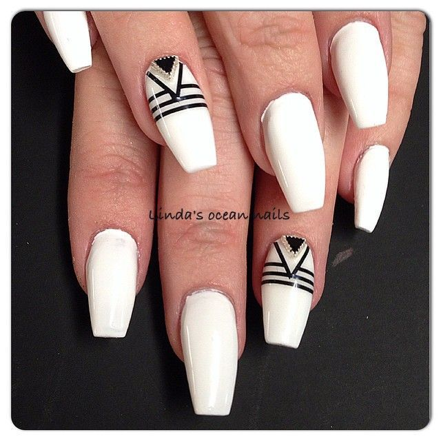 Black and white geometric designed coffin shaped nails