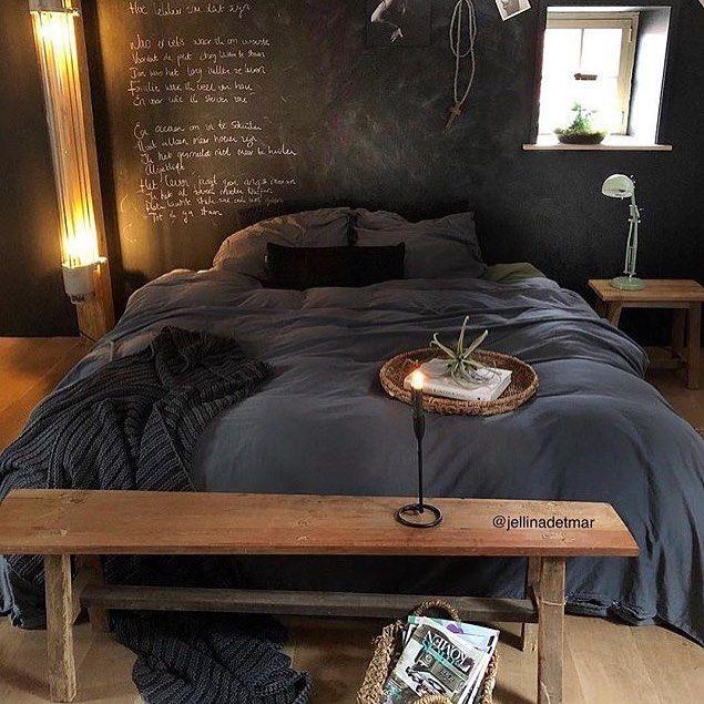Deco de chambre plutôt jolie. Son plancher bois, son mur ardoise en fond, un beau mélange de bois et de gris. Inspi: @jellinadetmar #decoration #chambre #interieurdesign #parquet #ardoise #maisondumonde #passiondeco #roominspiration