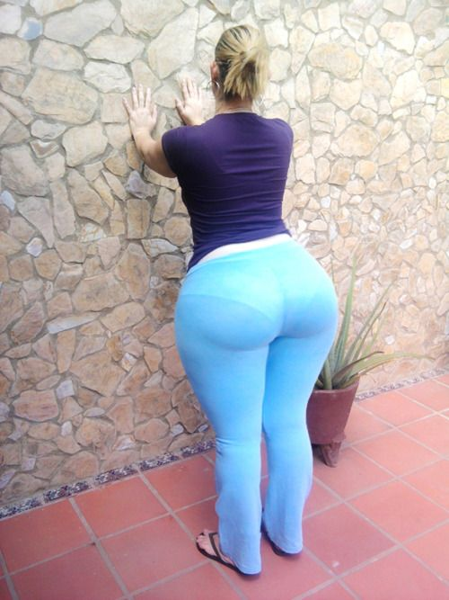 Big ass milf in tight green trousers