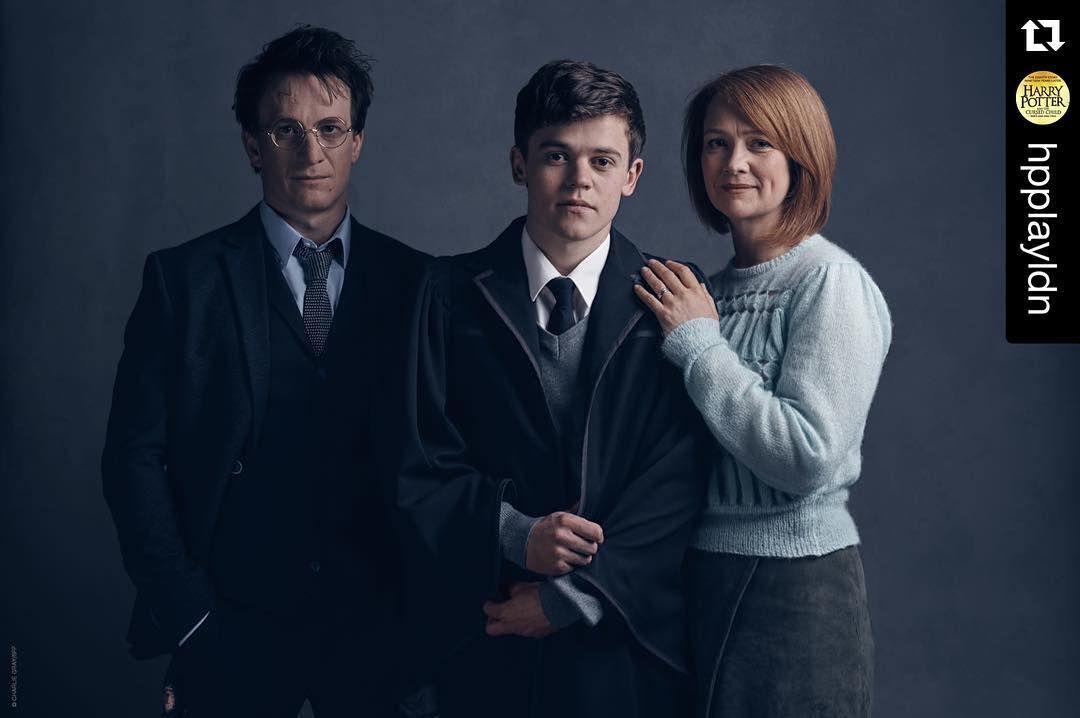 Harry Potter E Uma Serie De Sete Romances De Fantasia Escrita Pela Autora Britanica J K Row Crianca Amaldicoada Harry Potter Crianca Amaldicoada Harry Potter