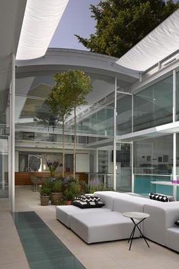 スライドショー ロンドン郊外の全面ガラス張りのプール付き邸宅 Wsj