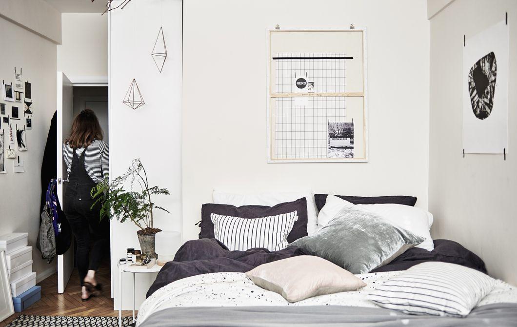 Ein Schlafzimmer In Schwarz, Weiß Und Grau, U. A. PUDERVIVA Bettlaken