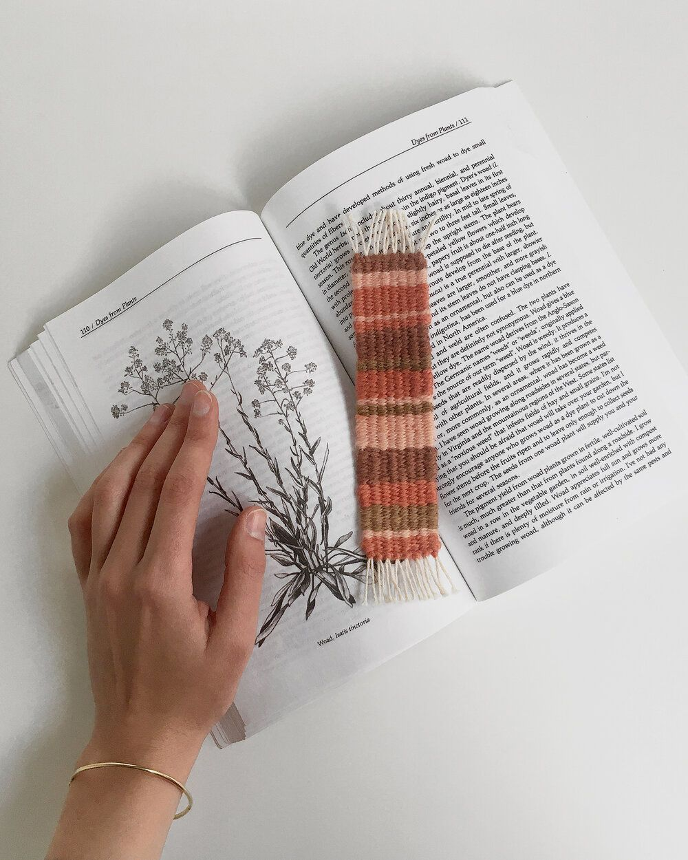 Tiny weaving project for an instant gratification - mini wallhangings, ornaments and more #weaving #bookmark #handwoven