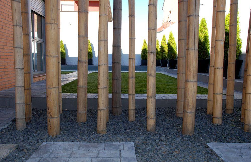 Jard n con bajo mantenimiento pasos de hormig n continuo basalto c sped artificial ca as de - Jardin de bambu talavera ...