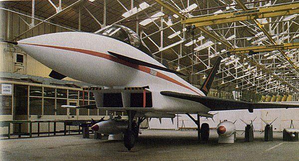 ふにに@5/21大久保・5/28美保 @hunini181202     1982年に設計されたACAのモックアップ及び三面図。今日のユーロファイター・タイフーンの原型であるEFAの一つ前のデザインで、F/A-18のように傾斜した2枚の垂直尾翼が最大の相違点。某島国のFS-X純国産案にクリソツやなぁ。