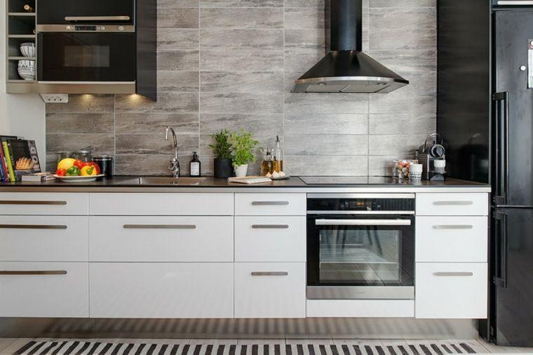 Cuisine bois et blanc pour un intérieur lumineux et chaleureux