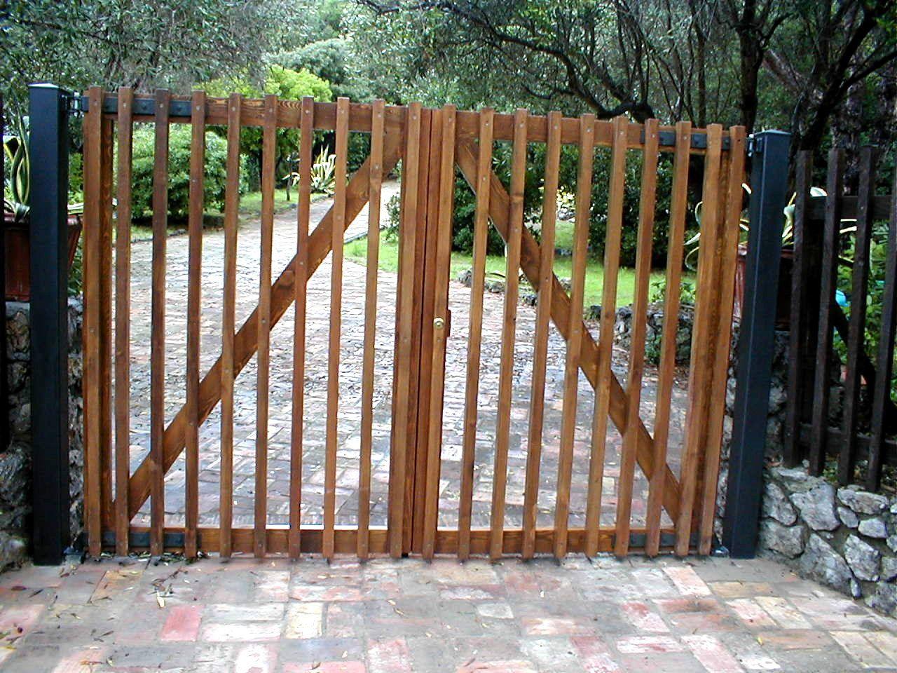 Cancello in legno di larice su specifica del cliente for Cancelli da giardino