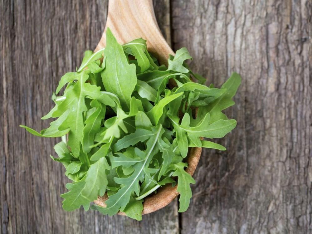 Beneficios De Comer Rúcula Propiedades De La Rúcula Ensalada De Arugula Hierbas Aceitunas Kalamata
