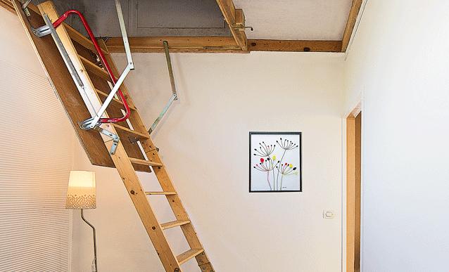 installer un escalier escamotable pour acc der aux combles combles. Black Bedroom Furniture Sets. Home Design Ideas