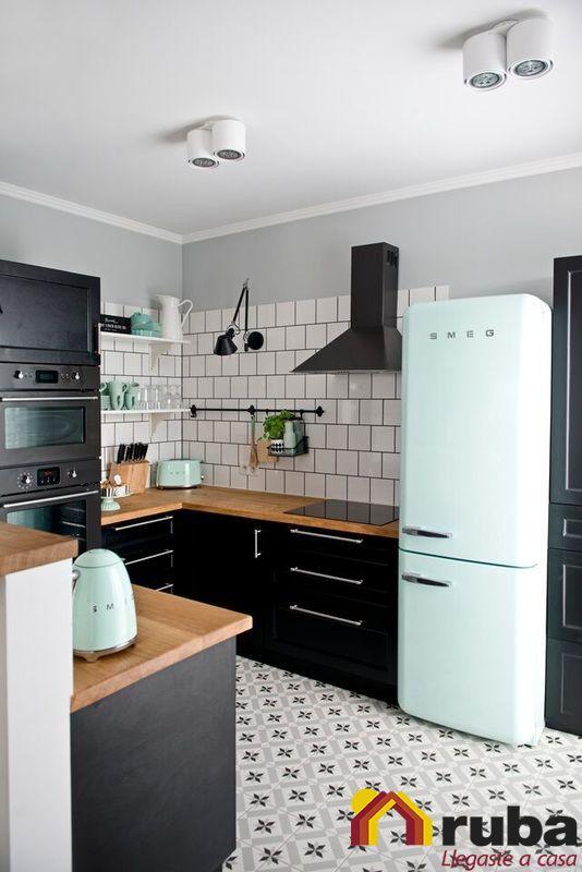 Una cocina que sea principalmente blanco y negro se ve muy elegante