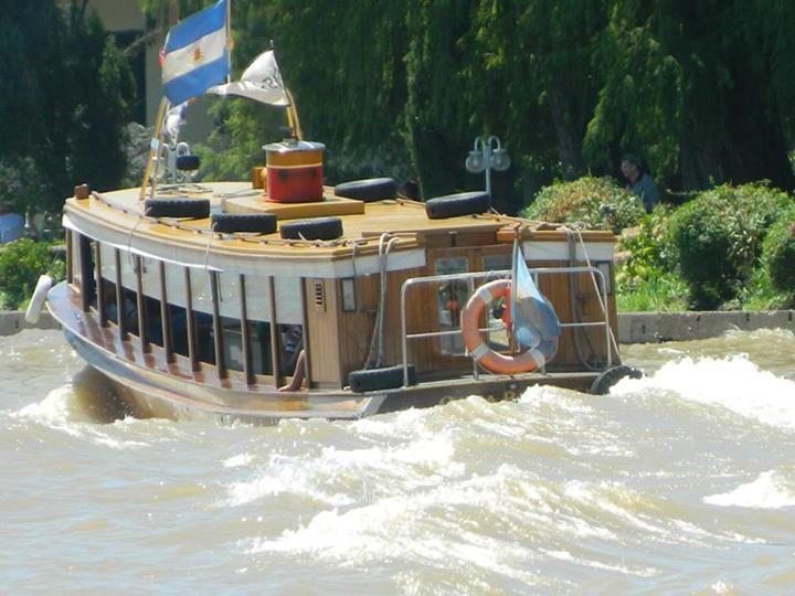 Carlos Joaquin Gonzalez Picadito estaba el rio !!! La Lancha colectiva capeando las olas por el Sarmiento , frente al MAT.