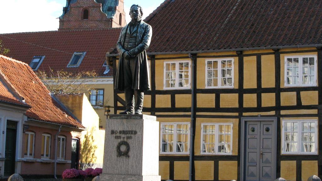Statue af H. C. Ørsted på Gaasetorvet i Rudkøbing