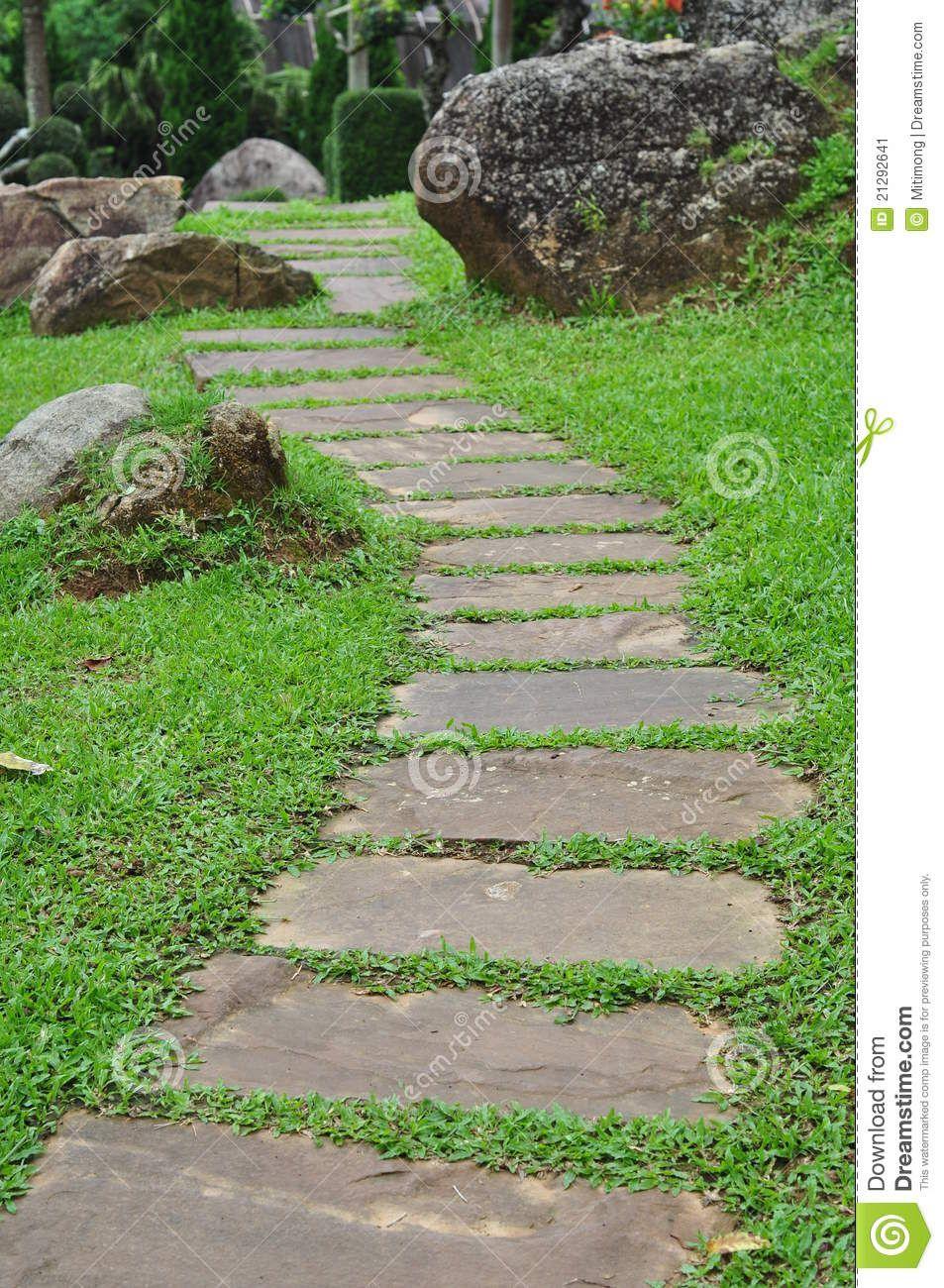 chemin de jardin chemin en pierre de jardin avec l 39 herbe grandissant entre les pierres id e. Black Bedroom Furniture Sets. Home Design Ideas