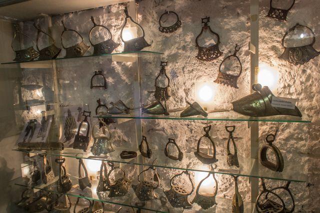 Colección de estribos gauchos en el museo de Tacuarembó