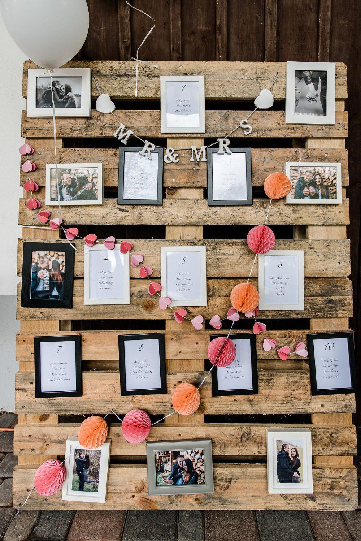 Ein Tischplan Sitzplan Zur Hochzeit Mit Bilderrahmen An Einer