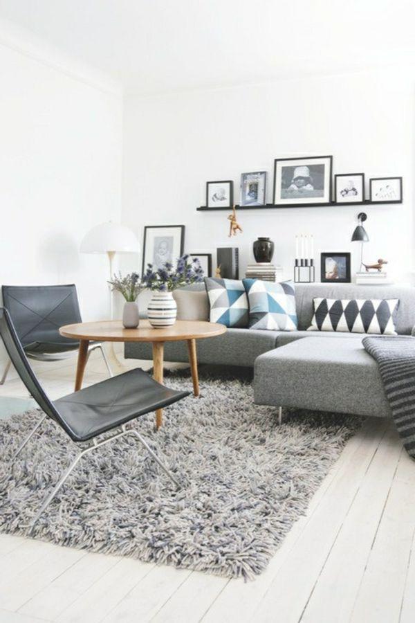 Graues Sofa Und Moderne Stühle Im Weißen Wohnzimmer