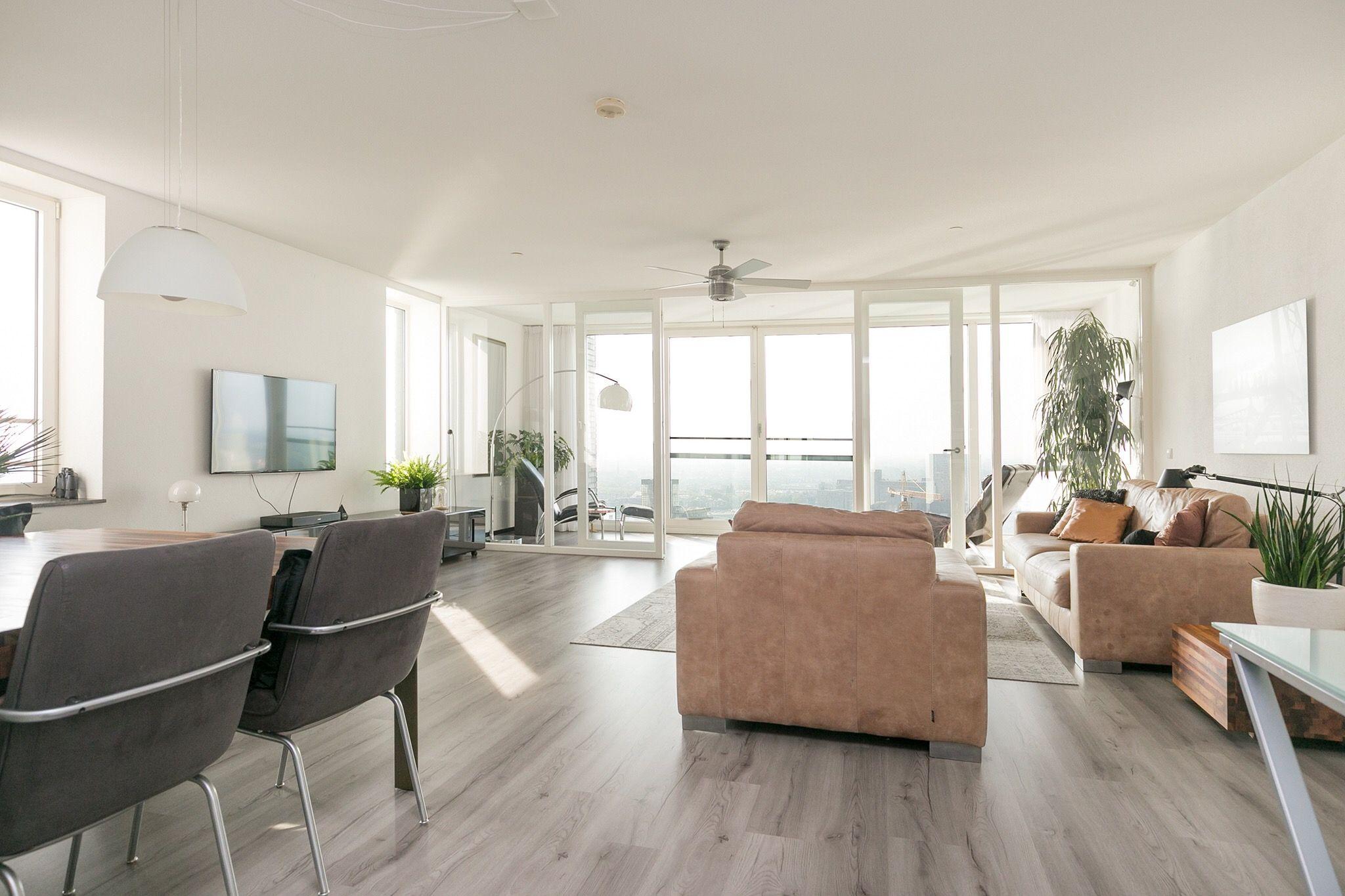 Hippe en trendy woonkamer met juist gebruik van alle elementen en ...