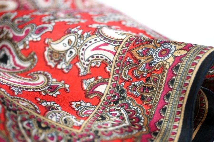 f7d2f17884df Fabuleux foulard pour femme en soie imprimée de motifs indiens et cachemire.  Un bel accessoire de mode pas cher