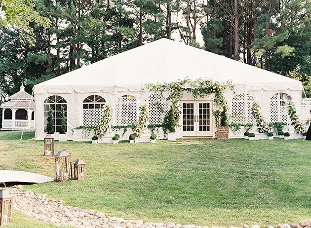 This Romantic Garden Wedding Took Place At The Maryland Mansion Where Wedding Crashers Was Filmed Chicago Wedding Venues Affordable Wedding Photography Wedding Crashers