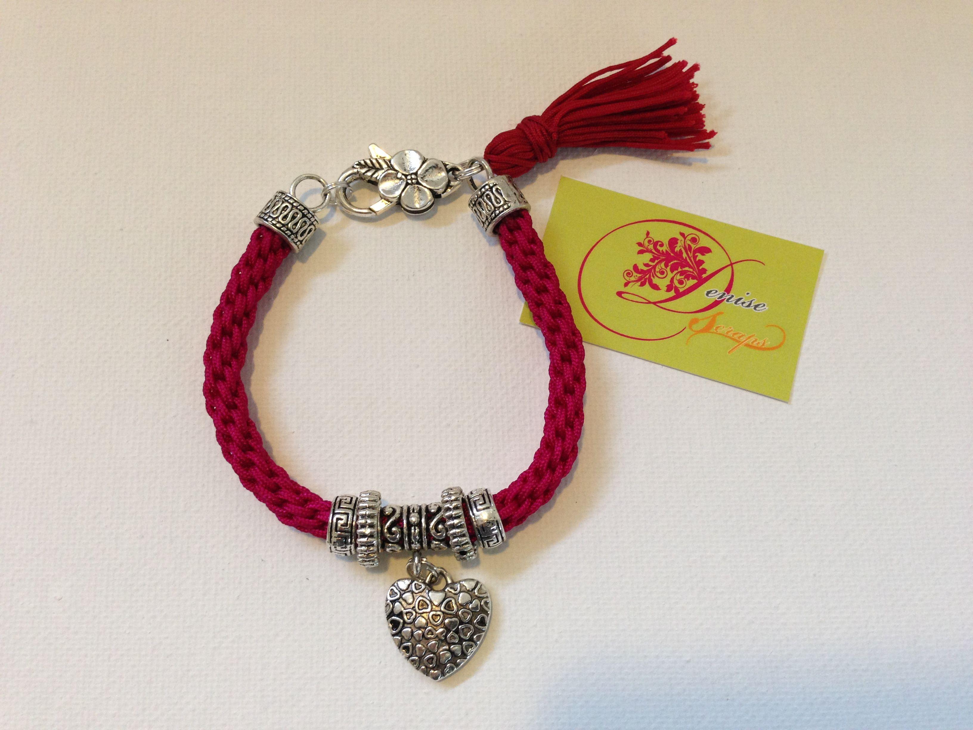 photo (52) pulsera kumihimo color magenta con charms y corazón plateados.