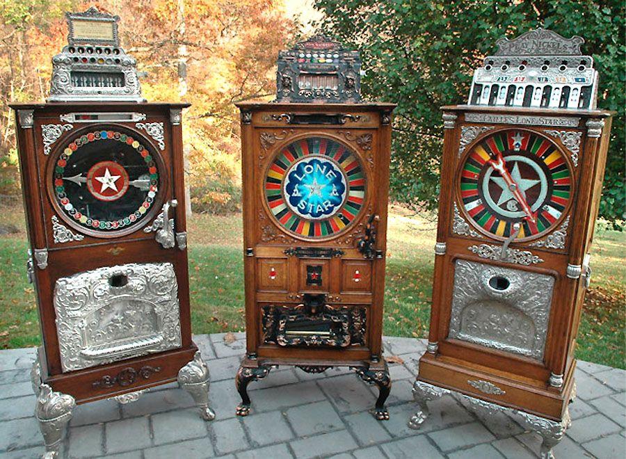 Первый прототип игрового автомата изобретен в 1887 году в Англии. В 1905 году в США создается знаменитый Liberty Bell, и с этого времени уровень доступности игры увеличивается, что тут же сказывается на увеличении количества игроков по всему миру. Игровые автоматы начинают устанавливаться не только в казино, но и в салунах и барах.
