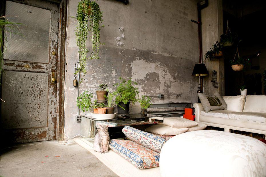 Look industriel dans ce salon qui a conservé son mur en béton (photo : Grace Villamil)